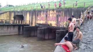 Video Trẻ Trâu Xuân Quan Tắm Sông