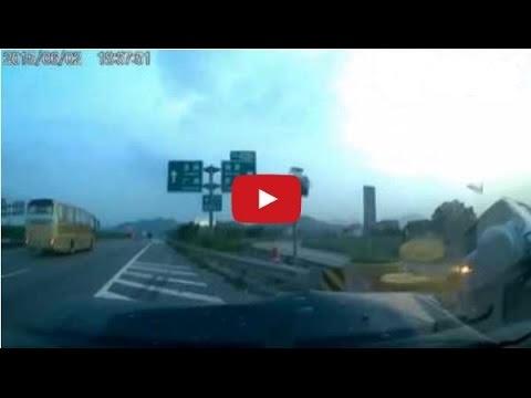 連換兩車道被撞翻 翻落高速公路
