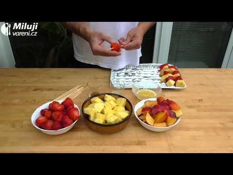 Grilované ovoce na jehle
