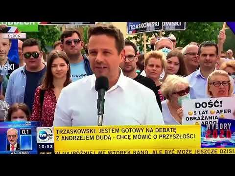 Reporter TVP wyśmiany i wygwizdany przez tłum zgromadzonych.