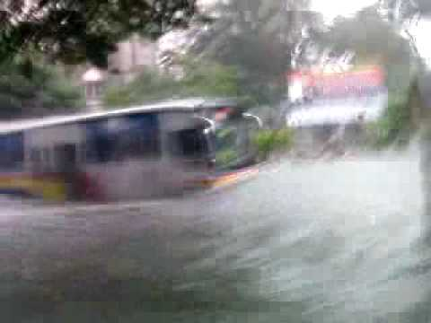 "Tropical Storm ""ONDOY"", at UST, Bus Wave!!! OHMYGOD!!!"