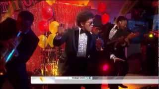 Bruno Mars - Locked Out Of Heaven (On The Today Show) (Live) lyrics (German translation). | One, two, one, two, three