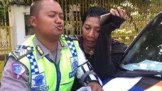 Video VIDEO Kocak Ketika Polisi Semarang Tilang dan di Rayu Seorang Pria Kemayu MP3, 3GP, MP4, WEBM, AVI, FLV September 2017