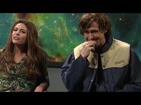 ريان جوسلينج لا يتمالك نفسه من الضحك في برنامج Saturday Night Live