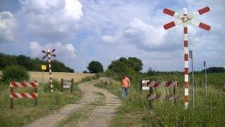 Locatie: VingwegTraject: Simpelveld - KerkradeSoort: OnbewaaktAndreaskruisen: 2Passeren:- ZLSM trein Simpelveld → KerkradeVideo is gemaakt op 08-07-17