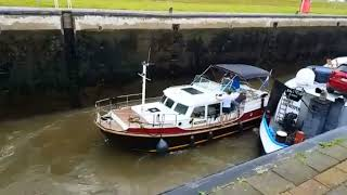 Video Jacht in problemen door schroefwater binnenvaartschip in sluis MP3, 3GP, MP4, WEBM, AVI, FLV Maret 2019