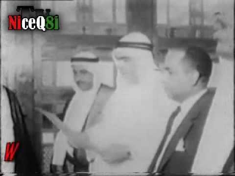 الشيخ عبدالله السالم رحمه الله يستلم مشروع الدستور
