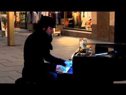 martello - Klavierkunst für Deutsche Architektur - 30.03.2012 Nach einem Besuch beim Vapiano, eine spontane Begegnung mit Davide Martello samt Klavier auf der Prager St...