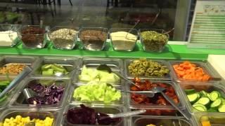 Fitness Salat Hirtenkäse, Aprikosen, Kürbiskernen, Zucchini und Salatvariationen