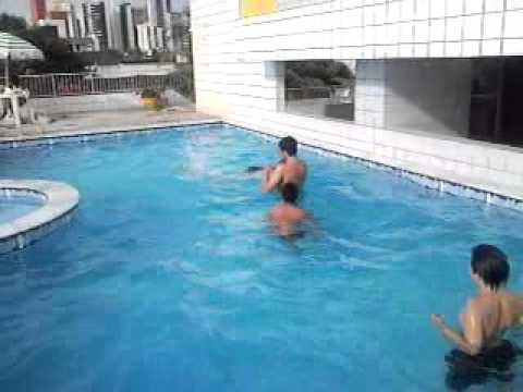kaique e Jo na piscina do prédio