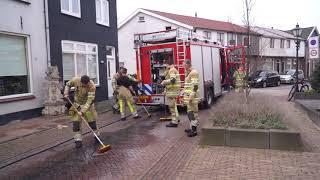 Brandweer reinigt vervuild wegdek op Nieuwe Schans