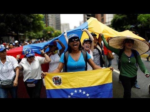 محتجون يواصلون الاعتصامات في فنزويلا