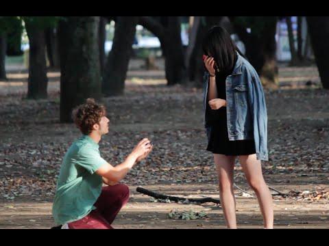 這名完全不懂日文的男子跑到日本「隨機對女孩下跪求婚」,結果真的意外到讓人超傻眼啊!