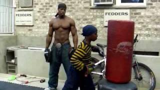 Ojciec trenuje syna by ten nie był bity w szkole!