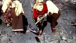 وصمة عار نساء في مهمة اصلاح المسلك الطرقي في غياب أية مبادرة من المسؤولين المنتخبين