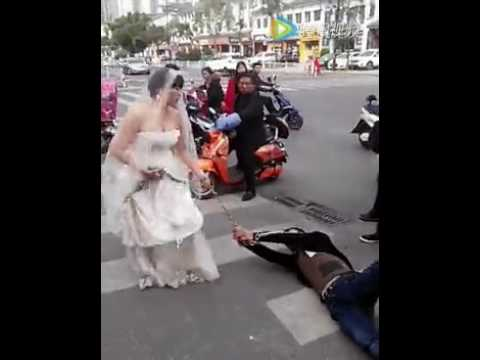 這位新郎臨時想逃婚讓新娘勃然大怒,她在街頭直接「用鐵鍊拖行新郎」讓路人全都看傻!