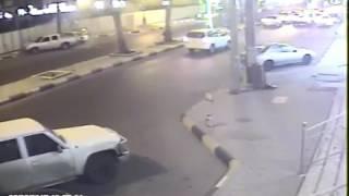 مقيم ينجو بأعجوبة من الدهس تحت عجلات سيارة مسرعة برفحاء