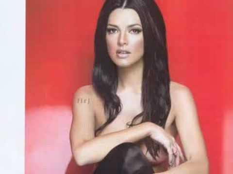 Candela Ferro semi desnuda en la Revista H