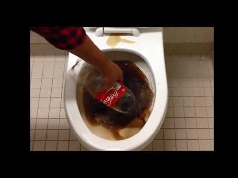 l'effetto della coca cola per pulire un water sporco - incredibile!