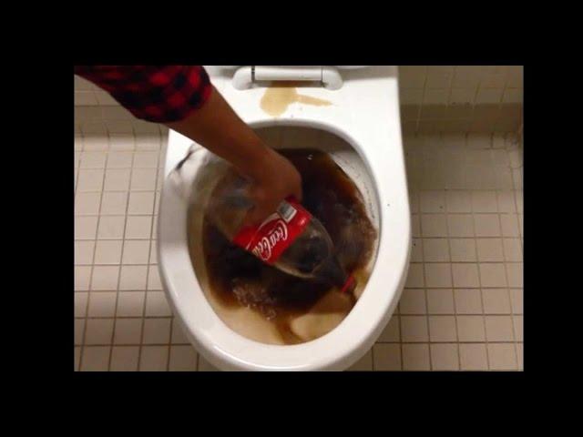 Dọn sạch bồn vệ sinh với Cocacola =))