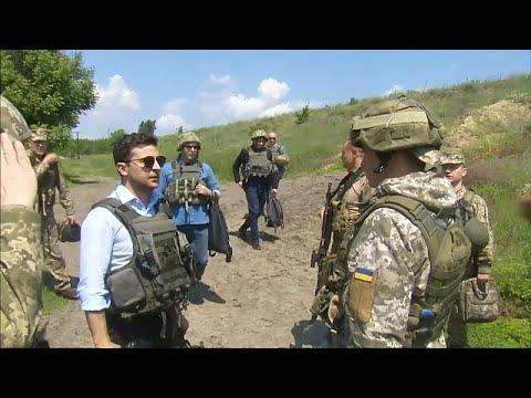 Ukraine: Präsident Selenskyj besucht Frontgräben in O ...
