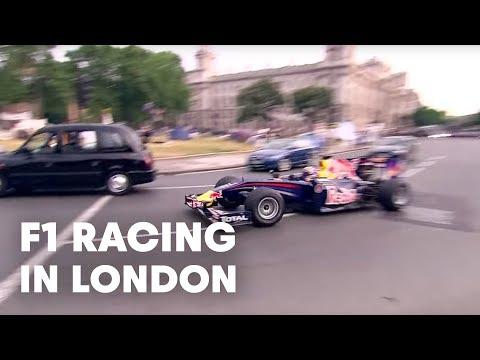 「F1レッドブルのドライバー、マーク・ウェバーがイギリス国会議事堂前でデモピットストップ」のイメージ