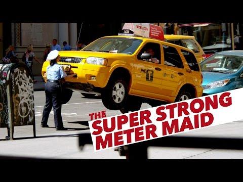 Cảnh sát Nữ siêu nhân, dùng tay bê ô tô :3