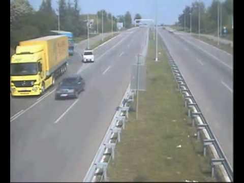 「ヨーロッパの高速道路をUターンバックするトラックが無理やり過ぎてすごい」のイメージ