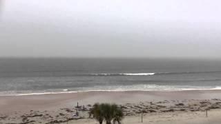 Il filme l'éclair qui tombe sur la plage