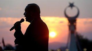 """Cumhurbaşkanı Recep Tayyip Erdoğan, olağanüstü hal uygulamasının yeniden uzatılmasının hükümete önerileceğini açıkladı.Erdoğan, Cumhurbaşkanlığı Külliyesi önünde yapımı tamamlanan 15 Temmuz Şehitler Abidesi Açılışı'nda konuştu. Cumhurbaşkanı Erdoğan,  törende yaptığı konuşmada şunları söyledi: """"Yarın Milli Güvenlik Kurulu var bu konuyu görüşeceğiz. Hükümetimize tekrar OHAL'in uzatılması teklifini yapacağız.""""Erdoğan tutuklu yargılanan darbe sanıkları için, """"Ben bugün söyledim Sayın Başbakan…İLGILI HABERLER: http://tr.euronews.com/2017/07/16/erdogan-ohalin-uzatilmasini-onerecegizeuronews: Avrupa'nın en çok izlenen haber kanalı.Üye ol! http://www.youtube.com/subscription_center?add_user=euronewstreuronews şimdi 13 ayrı dilde: https://www.youtube.com/user/euronewsnetwork/channelsTürkçe: Web sayfası: http://tr.euronews.com/Facebook: https://www.facebook.com/euronews.trTwitter: http://twitter.com/euronews_tr"""