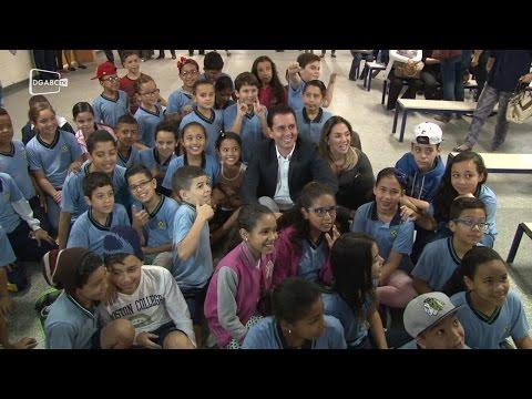 Prefeitura entrega uniformes para crianças; veja vídeo