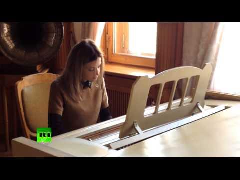 Наталья Поклонская сыграла на рояле