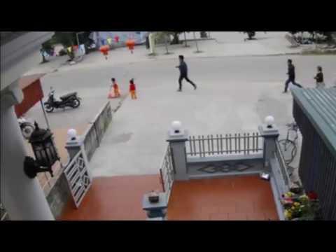 Bé băng qua đường một mình bị xe máy tông xa vài mét... Quá nguy hiểm :(