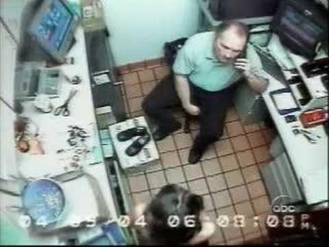 餐廳女員工被「警察」要求脫衣然後下跪口愛愛,3小時後接手處罰的58歲維修技工一出現才發現問題!