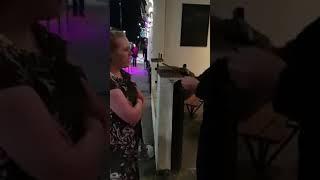 Ochroniarz jajcarz szybko wyjaśnia pijaną dziewczynę pod klubem…