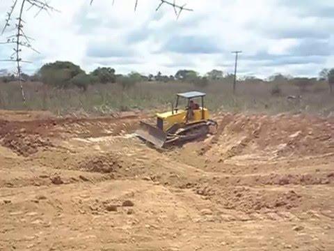 Trator Esteira 7D NewHolland Cavando Tanque em Serrinha - Ba Parte- 1-2