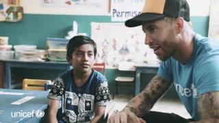 En su viaje con UNICEF a Perú, Sergio Ramos visitó una escuela en una de las zonas más afectadas por las inundaciones.
