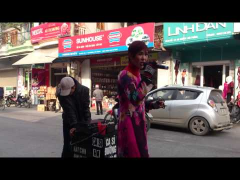 Chân dài hát rong trên phố Hải Phòng