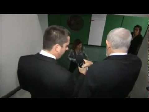 Deputado Luiz Couto se irrita com o CQC e toma microfone de repórter