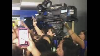 Cientos de jovencitas estuvieron a la espera de Cnco durante varias horas en el aeropuerto de Mariano Escobedo . Algunas...