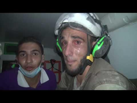 救難人員在空襲後「挖掘了2個小時本來已經絕望了」,當他翻出瓦礫堆下的一具女嬰…他的反應讓主播也狂哭了!