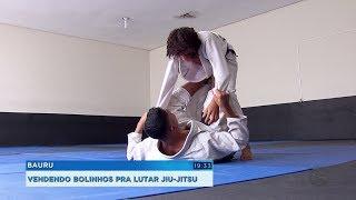 Irmãos lutadores de jiu-jitsu vendem bolinhos para conseguir participar de competições