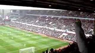 Aston-Villa-Fans feiern John Carew