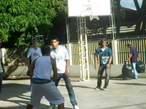 basquete na escola presidente medici no dia da festa do niver de cuiaba dia 07/04/2010.........