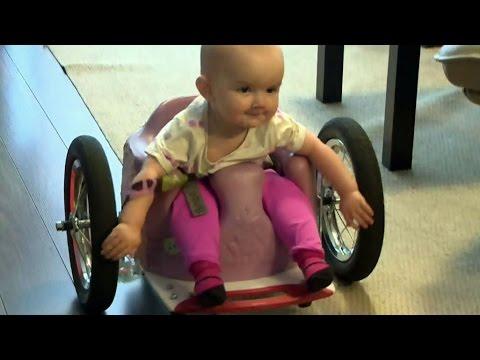mala-dziewczynka-sie-nie-poddaje-i-daje-rade-na-najmniejszym-wozku-inwalidzkim