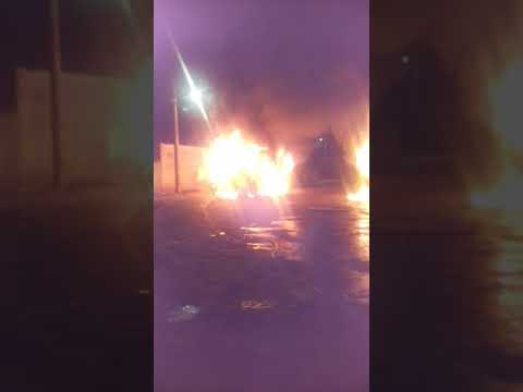 Vândalos colocam fogo em micro-ônibus de transporte escolar, em Mineiros (GO)