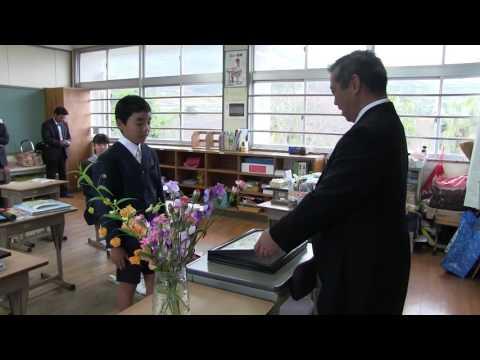 種子島の学校:安納小学校手作り和紙の卒業証書授与