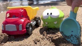Omnom bugün kamyon ile deniz kenarında gidiyor. Kamyona kumda oynamak için kürek yüklemiş. Omnom acaba nasıl bir oyun...