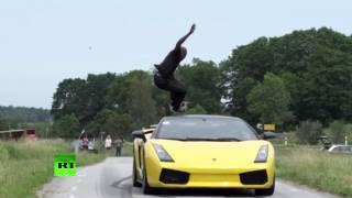 Шведский экстремал прыгает через летящие навстречу машины