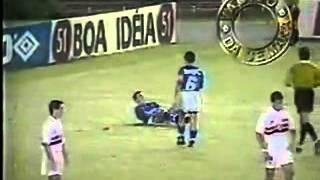 O confronto entre São Paulo e Cruzeiro na final da Copa Ouro de 1995 também era válido pelas quartas de final da Supercopa da Libertadores. A primeira partida foi disputada em Belo Horizonte, no Estádio do Mineirão, no dia 24 de outubro de 1995.O São Paulo venceu por 1 a 0 - gol marcado pelo armador Palhinha, aos 8 minutos do primeiro tempo. Um fato inusitado ocorreu nesse jogo: quando a etapa inicial se encaminhava para o fim, quatro jogadores do Cruzeiro foram expulsos pelo árbitro Wilson de Souza Mendonça.O primeiro cartão vermelho aplicado à equipe cruzeirense foi consequência de uma disputa de bola entre os zagueiros Rogério Pinheiro, do São Paulo, e Rogério, do Cruzeiro. O defensor do time tricolor deu um carrinho violento no atleta cruzeirense, que revidou em seguida, acertando um pontapé no rosto do adversário. O árbitro sequer advertiu Rogério Pinheiro, punindo o jogador do Cruzeiro com o cartão vermelho.A expulsão do zagueiro cruzeirense gerou muita revolta e reclamação por parte dos outros atletas, que foram tirar satisfação com Mendonça. Mas, pelo visto, o árbitro não estava querendo saber de muita conversa e expulsou mais um zagueiro do Cruzeiro, Vanderci. Sem ninguém na defesa, o técnico Ênio Andrade foi obrigado a mexer no time, para recompor o sistema de marcação. Tirou os avançados Dinei e Paulinho McLaren, e o meia Alberto, para colocar o volante Luiz Fernando Gomes, o armador Luís Fernando Flores e o lateral-esquerdo Serginho.A partida recomeçou, e, quatro minutos depois, Wilson de Souza Mendonça mostrou cartão vermelho para mais dois jogadores do Cruzeiro -- o volante Fabinho e o atacante Marcelo Ramos -- ambos por reclamação. Foi a gota d'água, para que a confusão se armasse. Revoltados com a arbitragem, alguns torcedores e até mesmo o presidente Zezé Perrella invadiram o gramado. A partida ficou paralisada por alguns minutos, até a polícia conseguir conter o ânimo exaltado de todos.Depois do término da confusão, a partida foi reiniciada, e o Cr